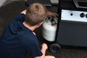 How do I remove my propane barbecue cylinder safely?